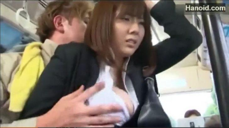 【麻美ゆま 爆乳痴漢囮女捜査官 復讐レイプエロ動画】スーツのHカップ巨乳OLがバスで痴漢される!おっぱい揉まれてチンポを尻に擦り付けられ、性のはけ口にされる!