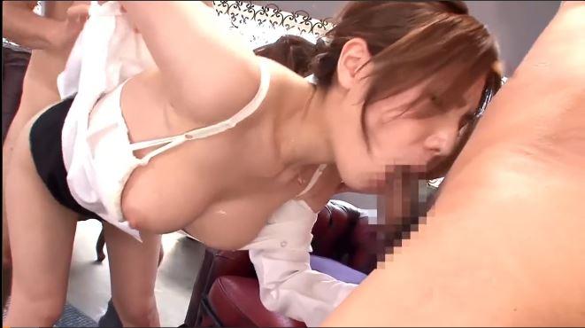 【梓ユイ】Gカップ巨乳のOL美人がバックとフェラで二人のちんぽを同時に相手する!激しいピストンと揺れるおっぱいがたまらない!