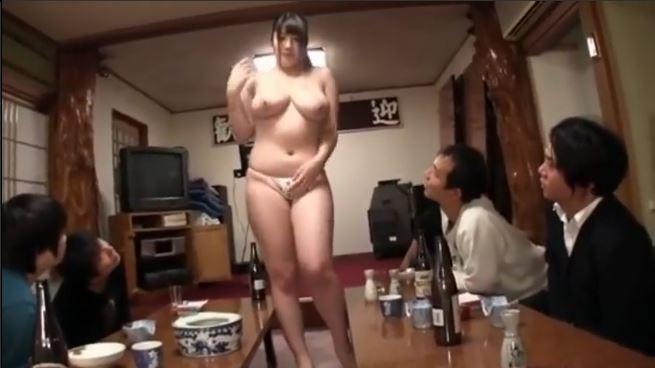 【由來(七草)ちとせ】「もっと露出してください!」夜の宴会できも男たちにセクハラでおっぱいやおしりを触られまくる!そしてHな水着に着替えさせられてみんなのチンポをフェラしてあげることに!セクハラ系ってそそられる!