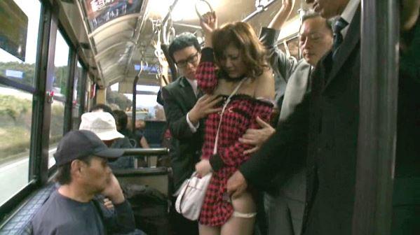 【麻美ゆま】巨乳お姉さんがバスで痴漢される!ぱんつずらされおっぱい丸出しにされた状態で2本のチ○ポを同時に手コキさせられる!こんないやらしい身体痴漢されて当然だよね!