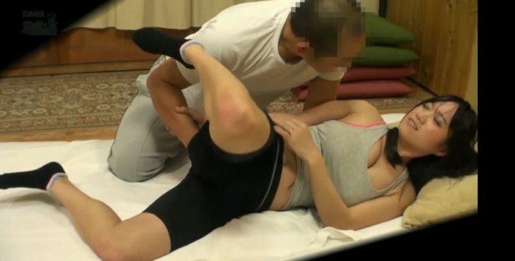 【爆乳マッサージ】「そんなの効果ない!」アスリート人妻がおっぱいアソコ触られまくって最後は中だしセックスされる!