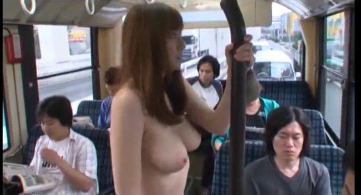 【麻美ゆま】巨乳のかわいいお姉さんが堂々と全裸でおっぱい丸出しでバスに乗ってきた!乗客全員勃起不可避wこのあとビンビンのち○こにエッチなことしちゃうw