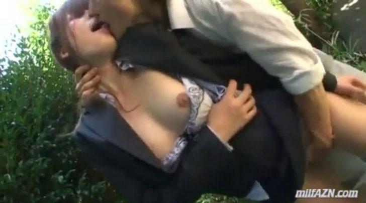 【レイプ×先生】「いや!」生徒の身代わりとなってスーツの美人巨乳先生が野外で犯される!おっぱい丸出しにされてキスされて挿入されちゃう!