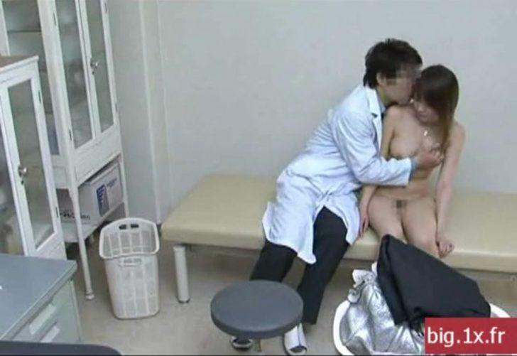【巨乳×セクハラ診察】巨乳のOLお姉さんが診察室で全裸にされておっぱいモミモミされる!性欲に負けた診察医がお姉さんに挿入しちゃうw