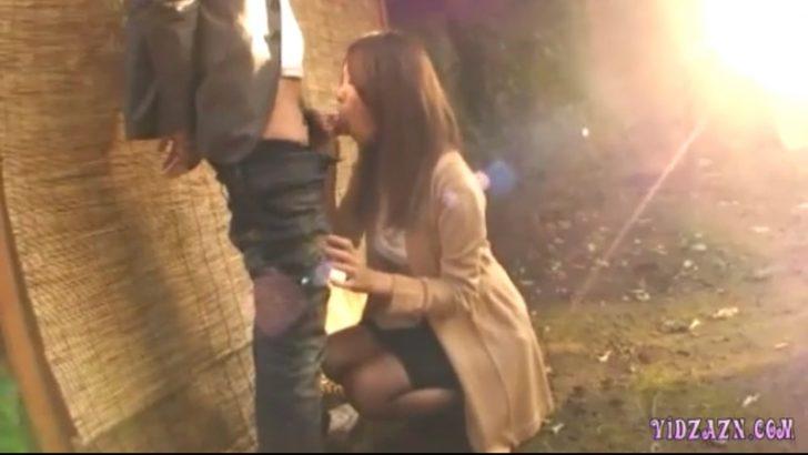 【巨乳お姉さん×野外フェラ】男「しゃぶって」外で美人なお姉さんが男のズボンずらして手コキフェラw
