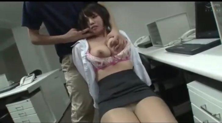 【真田美樹:爆乳OL×レイプ】「んんっ!」職場に侵入してきた男にかわいい超巨乳のスーツお姉さんが犯される!これはOLレイプ好きには神動画w