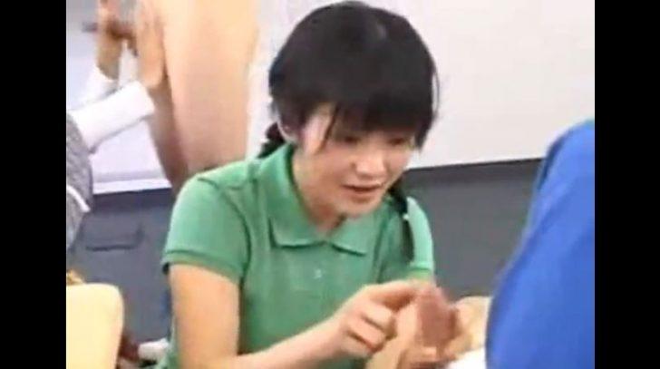 【手コキ】保健体育の授業で手コキレッスンw巨乳の女の子が初めての我慢汁に興味津々w