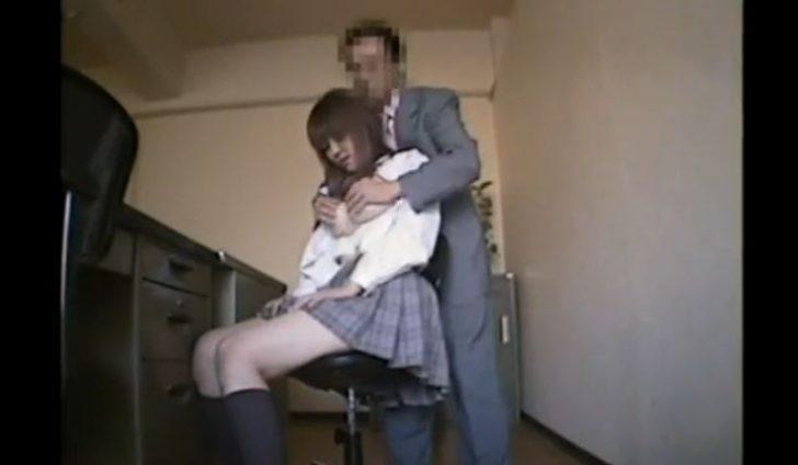 【巨乳女子高生】デカパイjkを事務所に呼んでセクハラレイプ!背後からおっぱい揉みもみしてクンニしてと若い身体を弄ぶw
