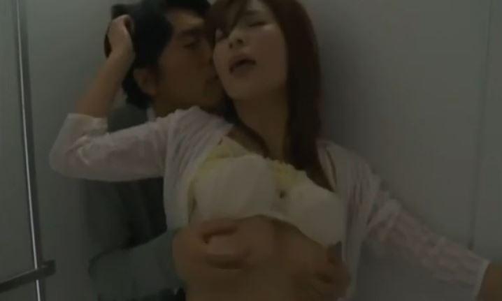 【レイプ】「やだぁ・・」かわいい巨乳お姉さんが半泣き状態でトイレで犯される!男は気にせずお姉さんの身体で己の性欲を満たしていくw