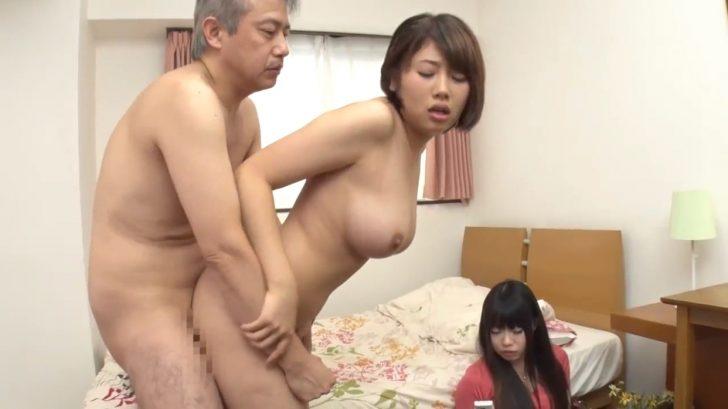 【巨乳】かわいい娘の友達が父親に無理やりフェラさせられてそのまま生挿入セックスしちゃうw