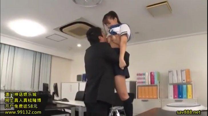 【三上悠亜:爆乳女子高生】美少女jkの胸チラパンチラに興奮した先生におっぱい揉まれまくるw