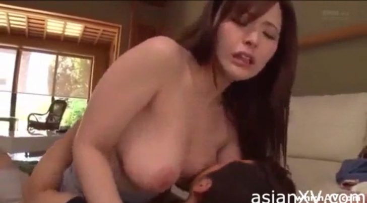 【爆乳人妻】旅館でかわいい超巨乳若妻のおっぱい揉みまくりセックスw