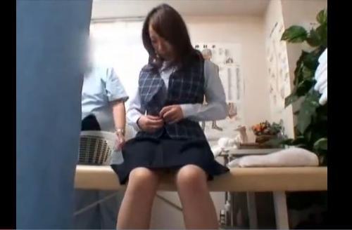 【セクハラマッサージ:丸ノ内OL専門マッサージ治療院 2】巨乳OLが背後からおっぱい揉みまくられるw